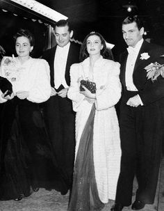 Vivien Leigh (right) and Olivia De Havilland (far left) — who played, respectively, Scarlett O'Hara and her romantic rival Melanie Hamilton — arrive with Leigh's future husband Laurence Olivier (far right) and film investor Jock Whitney. Old Hollywood Glamour, Hollywood Actor, Golden Age Of Hollywood, Classic Hollywood, Hollywood Couples, Vivien Leigh, Lawrence Olivier, Gorgeous Movie, Olivia De Havilland