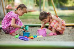 Kids beim Sandkasten spielen