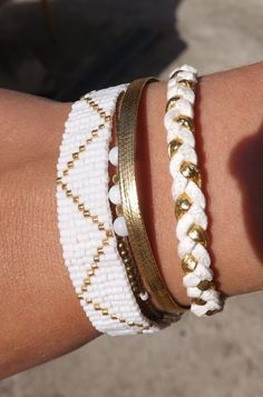 manchette brésilienne, bohème ,blanche et doré, tissage suédine, tissage perle miyuki : Bracelet par fimoettout-image