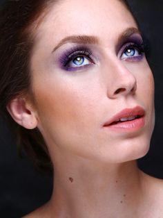 Maquiagem com sombra lavanda, iluminador e batom coral, foto Sarina Lopes e beleza assinada por Fábio Gonçalves. Make-up Olho tudo boca nada.