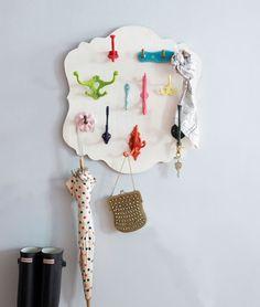 Encontre uma base de madeira pré-cortada e aparafuse uma mistura de ganchos multicoloridos. Dá para pendurar lenços, bolsas, chaves, etc. ao lado da porta. Aqui estão os detalhes.