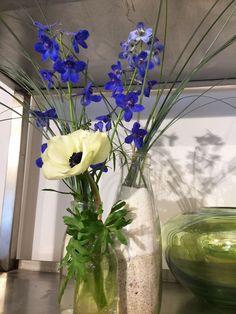 blauer Rittersporn und weiße Anemone, Gräser in Glasflaschen, #Blumendekoration Blau-Weiß und Grün, Vorbereitungen im #Blumenladen in der #Osterstraße, #Hamburg, Eimsbüttel