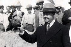 El periodista madrileño Julio Romano (pseudónimo de Hermenegildo Rodríguez de la Peña) con uno de los cráneos calcinados de los carbonizados en la choza. Foto: Campúa (José Demaría Vázquez)