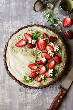 This vegan matcha strawberry tart is easy to make and no bake yet makes a bit of an entrance. It's vegan gluten-free and there is a raw vegan option too. The post Vegan matcha strawberry tart appeared first on Dessert Factory. Tart Recipes, Sweet Recipes, Vegan Recipes, Dessert Recipes, Cooking Recipes, Tarte Vegan, Lazy Cat Kitchen, Delicious Desserts, Yummy Food