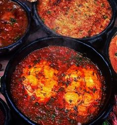 Panela de barro com moqueca capixaba Panela de barro com moqueca capixaba Ingredientes: 1,5kg de peixe fresco (robalo, badejo, papa-terra, ou namorado); 3 maços de coentro; 3 maços de cebolinha verde; 2 cebolas brancas (pequenas); 3 dentes de alho; 4 tomates; 3 limões; azeite de oliva; sementes de urucum; pimenta-malagueta; óleo de soja ou algodão; sal fino. Modo de fazer Limpe bem o peixe, ...