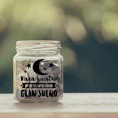 Regala este San Valentín un tarro de cristal personalizado con la pegatina Para nuestro pequeño gran sueño. Mason Jars, Mugs, Tableware, Ideas, Personalized Mason Jars, Shop Displays, Jars, Vinyls, Stickers