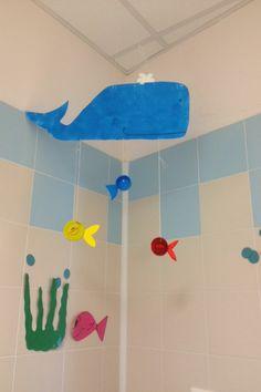 Riciclare i tappi di metallo e plastica, trasformandoli in piccoli pesciolini colorati! Ottimo da appendere sul soffitto sopra al fasciatoio!
