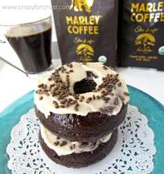 Triple Mocha Donuts are baked with chocolate and coffee in three layers! The perfect morning treat to wake you up. Pan Dulce, Yummy Treats, Delicious Desserts, Yummy Food, Tasty, Donut Crazy, Filet Mignon Chorizo, Mocha, Breakfast Recipes