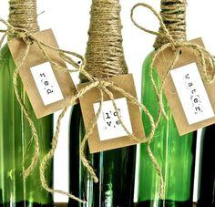 Decora botellas de vino sin usar para darle a la mesa un nuevo estilo decorativo a la hora de comer....