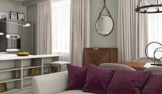Предметы творчества Jacques Adnet являются воплощением роскоши по сей день.. На фото представлено зеркало с круглой рамой из итальянской кожи коньячного цвета. Модель зеркала Adnet Circulair производится в трех размерах : D45, D58 и D70 cm, и в трех цветах: черный, оливковый и коньячный. Зеркало Adnet Circulair имеет на своем ремне кожаный зажим для регулировки длины ремня. В отделке используется медная фурнитура
