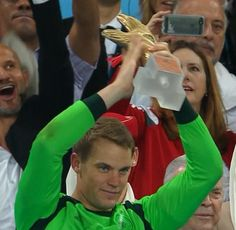 Manuel Neuer wins the Golden Glove. A lot of deserving keepers at this World Cup. pic.twitter.com/wEwZesLzEd