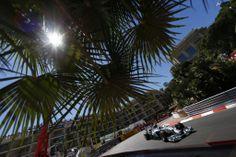 Nico Rosberg und Lewis Hamilton erzielten einen Doppelsieg bei einem dramatischen Großen Preis von Monaco 2014. Nico fuhr seinen zweiten Sieg in Monaco hintereinander ein. Er ist der erste Fahrer seit Ayrton Senna, dem das gelang.