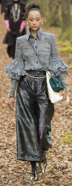 Chanel Fall-winter - Ready-to-Wear Office Fashion Women, Womens Fashion For Work, Work Fashion, Fashion Show, Fashion Design, Style Couture, Couture Fashion, Runway Fashion, Trends 2018