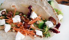 Wraps met geitenkaas, dadels, komkommer, wortel, sla en pijnboompitten