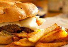 Pravý hovädzí burger Hamburger, Ethnic Recipes, Food, Basket, Essen, Burgers, Meals, Yemek, Eten