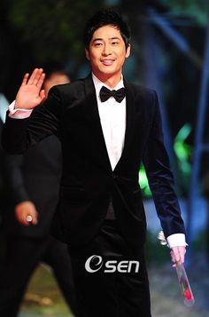 Definitely one of my favorite Korean actors. Asian Actors, Korean Actors, Save The Last Dance, Summer Scent, Handsome Prince, Drama Queens, International Film Festival, Korean Men, Big Men