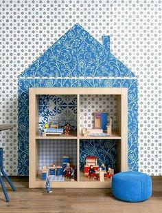 Personnalisation de l'étagère KALLAX IKEA pour une salle de jeux.
