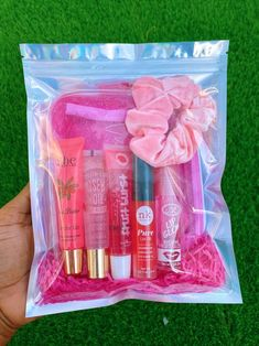 This pack comes with 5 best selling lipgloss + scrunchy + our vanity glam bag Glitter Lip Gloss, Diy Lip Gloss, Lip Gloss Set, Glitter Lips, Diy Gifts To Sell, Lip Gloss Homemade, Gloss Labial, Glossy Lips, Make Up Kits