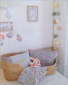 Sélection de couffins bébé pratiques à déplacer, des plus classiques aux plus originaux. Petits berceaux nomades pour nouveaux-nés. Baby Bedroom, Girls Bedroom, Toddler Rooms, Toddler Bed, Deco Kids, Baby Baskets, Creation Deco, Princess Room, Kid Spaces