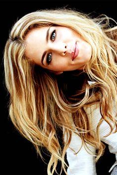 Emily Bett Rickards {Felicity Smoak is my spirit animal! Felicity Smoke, Arrow Felicity, Emily Bett Rickards, Beautiful Celebrities, Gorgeous Women, Blonde Actresses, Canadian Actresses, Chloe Bennet, Girl Crushes