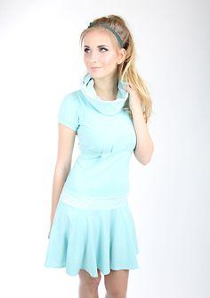 Dieses kurze Kleid namens COCO ist genau das richtige Kleid für jeden Anlass und die perfekte Mischung zwischen klassisch, edel und süß! COCO ist ein Minikleid mit lässigem Stehkragen, der wie eine...