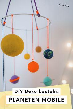Diese bunten DIY Planeten sind eine meiner Top Ideen für das Kinderzimmer und Dekoration – und im Blog zeige ich dir, wie du dieses Planeten Mobile basteln kannst. Die kleinen Astronauten und Astronautinnen freuen sich über die galaktisch-große Weltraumfaszination, und es ist eine tolle Idee für Dekoration für den nächsten Kindergeburtstag, falls bei euch eine Welraumparty ansteht! #wlkmndys #diyideen #basteln #diy #dekoration #kindergeburtstag
