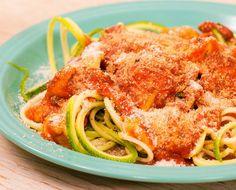 Fideos de calabacita con pollo, tomate y mozzarella.
