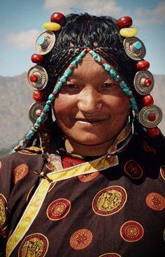 In al haar pracht - foto gemaakt in Himalaya, Tibet Young And Beautiful, Beautiful World, Beautiful People, Tibet People, Columbus Travel, Steve Mccurry, Tribal Women, World Of Color, People Around The World