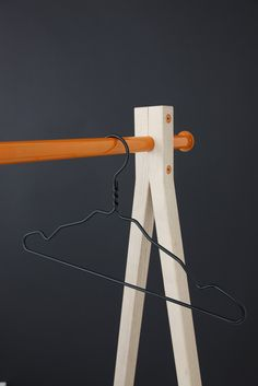 I might adapt this concept for us as an easel Furniture Board, Unique Furniture, Furniture Design, Punk Decor, Small Projects Ideas, Organic Market, Assemblage, Weekend Projects, Woodworking Furniture