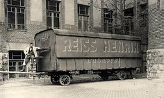 Az első magyar rádióstúdiót egy bútorszállító kocsiban rendezték be, innen indult a magyar rádiózás története. Old Pictures, Old Photos, Vintage Photos, Anno Domini, Old Money, History Photos, Budapest Hungary, Retro, Historical Photos
