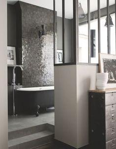 L'esprit classique est revisité dans cette salle de bains chic - Un appart' parisien rénové pour plus de lumière - CôtéMaison.fr