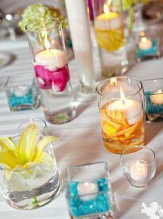 Deko aus schwimmenden Kerzen und bunten Blumen