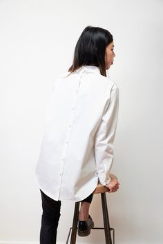 BACKDOOR WHITE SHIRT - White cotton shirt, tailored collar, large front pocket, button closure at back, back lap longer than the front one - Fabric(s) : 100% cotton