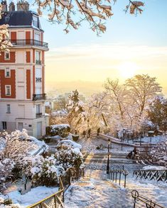 Photo Romain Figuiere - The sunrise was absolutely fantastic yesterday in Montmartre. Snow is very rare in Paris and when it falls, it's always a magical moment.