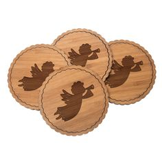"""4er Set Untersetzer Rundwelle Trompetenengel aus Bambus  Natur - Das Original von Mr. & Mrs. Panda.  Diese runden Untersetzer als 4er Set mit einer wunderschönen Wellenform sind ein besonderes Highlight auf jedem Esstisch. Jeder Gläser Untersetzer wurde mit viel Liebe handgefertigt und alle unsere Motive sind mit besonders viel Hingabe von unserer Designerin gestaltet worden. Im Set sind jeweils 4 Untersetzer enthalten.    Über unser Motiv Trompetenengel  Das Wort """"Engel"""" bedeutet Bote/als…"""