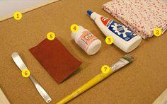 1. Um painel de cortiça (encontrado em papelarias); 2. Um pedaço de tecido de algodão estampado do mesmo tamanho do painel; 3. Cola branca; 4. Tinta branca fosca para artesanato; 5. Lixa fina 320 (que você encontra em lojas de materiais para construção); 6. Uma espátula ou uma faca sem ponta; 7. Um pincel largo.