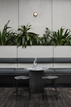 Banquette seating at Locura Bar in Byron Bay. Australian Interior Design, Interior Design Awards, Café Bar, Bar Cart, New York Restaurants, Bar Restaurant Design, Industrial Restaurant, Modern Restaurant, Architecture Restaurant