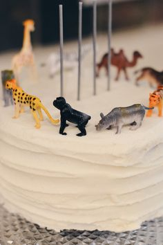 animal birthday cake // party animal birthday party theme - great gender neutral birthday party theme, would be great for a shared birthday party theme too. simple, classic party theme for a kid's birthday party // animal birthday party decor, minimalist birthday party decor #birthdayparty #birthdaycake #celebration