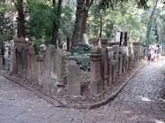 Can you imagine this place? Cool old tombstones.