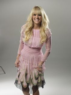 Carrie Underwood with bangs! All American Girl, American Idol, Carrie Underwood Photos, Queen Of Everything, Small Town Girl, Haircut And Color, Hot Blondes, Country Artists, Country Singers