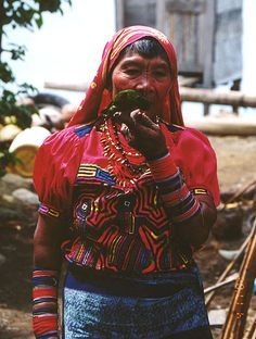 Kuna Indian woman with lizard