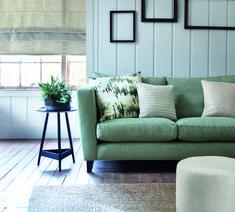 Eine Couch in hellgrün? Da sagen wir ganz sicherlich nicht nein. Foto: ROMO Couch, Sofa, Cerulean, Throw Pillows, Bed, Furniture, Palette, Home Decor, Colors
