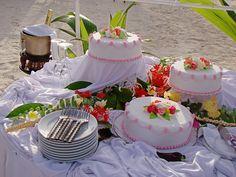 Maldives Beach Wedding Cake...    http://www.bellabeachweddings.com/