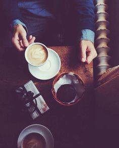 Pauza de cafea          www.doctorlazarescu.ro                     Cafeaua, băutura cu efect energizant, care odata consumata fara alte adaosuri (indulcitori, siropuri, frisca etc.), poate avea beneficii importante pentru sanatate.  Cu doar 2 calorii furnizate intr-o ceasca, cafeaua simpla are un aport caloric mic, un efect tonic asupra creierului si este o sursa excelenta de antioxidanti si energie in cazul persoanelor sanatoase.  #coffee