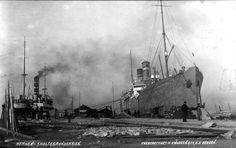 """Kilde: Gamle skipsbilder  S/s """"Bergensfjord"""" ved Skoltegrunnskaien i Bergen 1917. På denne tiden hadde NAL bare dette passasjerskipet tilbake, da """"Kristianiafjord"""" forliste året før, etter kun tre år i fart. Amerikalinjen var et av få selskap som utførte regelmessige ruter til USA mens verdenskrigen pågikk. Skipet til venstre er D/s """"Jupiter"""" fra 1916"""