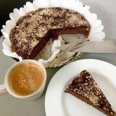 Cacao hazelnut gingerbread sponge cake with cacao frosting and ground hazelnuts / Kakaový lískooříškový perníkový piškotový koláč s kakaovou polevou a mletými lískovými oříšky Sponge Cake, No Bake Desserts, Tiramisu, Frosting, Gingerbread, Baking, Ethnic Recipes, Instagram, Food