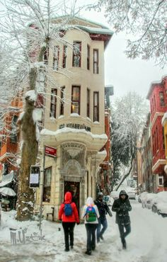 Beautiful Streets, Beautiful Places, Places To Travel, Places To Visit, World Street, Snow Pictures, Flatiron Building, Winter Scenery, Interesting Buildings