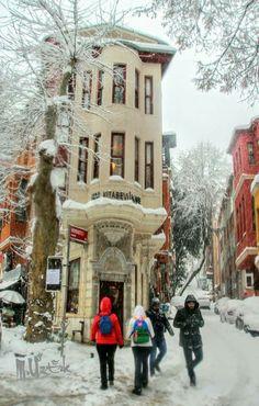 Foto: Mustafa ÖZTÜRK 2017 Kuzguncuk - Behlül Sokak İstanbul Beautiful Streets, Beautiful Places, Places To Travel, Places To Visit, World Street, Snow Pictures, Flatiron Building, Interesting Buildings, Turkey Travel
