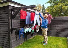 Mangler du plass til å tørke klær, kan du lage et utendørs tørkestativ som henger på en vegg. Da unngår du også å ødelegge plenen med stolper.