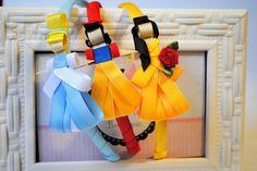 kit de arcos com 3 princesas  Você pode escolher quais princesas / personagens quer.  preço pelo kit com 3 unidades    *princesas modelo LUXO não estão inclusas neste kit  ** arco de tamanho unico - aprox 39cm de ponta a ponta Princesa Mulan, Disney Headbands, Princesas Disney, Hair Bows, Outdoor Decor, Doc Mcstuffins, Child, Tags, Fabric Tape